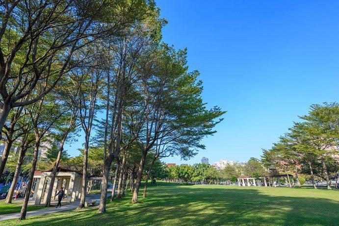 零店面純住宅生活環境單純清幽,萬坪公園綠意圍繞。