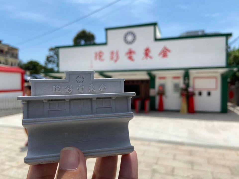 張芝綾運用3D列印設計製作的金東電影院手機座。 北基宜花金馬分署/提供。