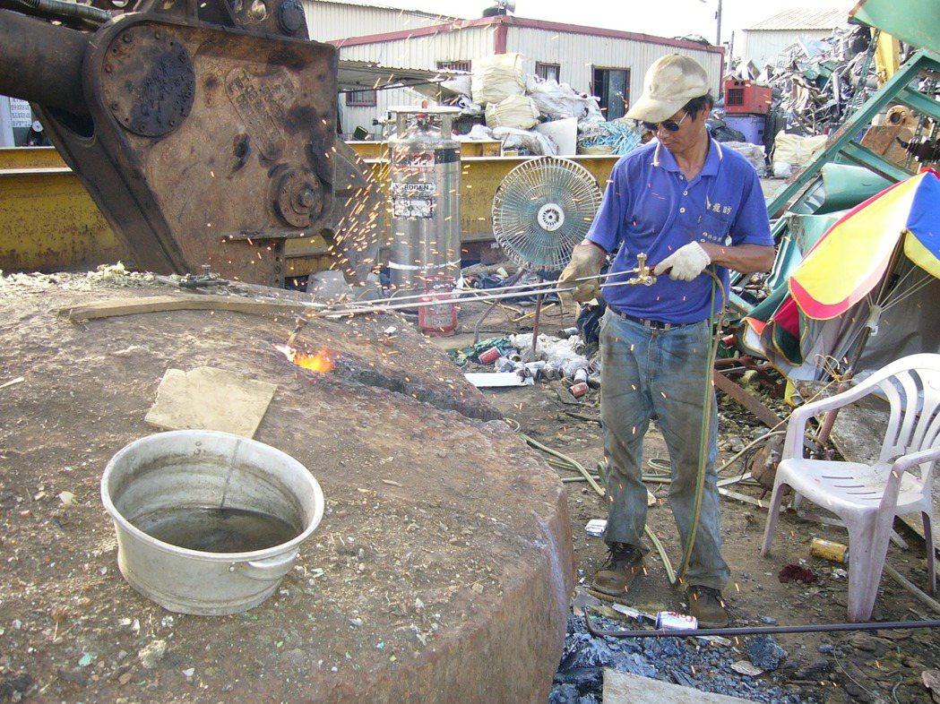使用省而安金屬切割器來進行1000 mm廢鐵切割,相較於乙炔、瓦斯更具高經濟效益...