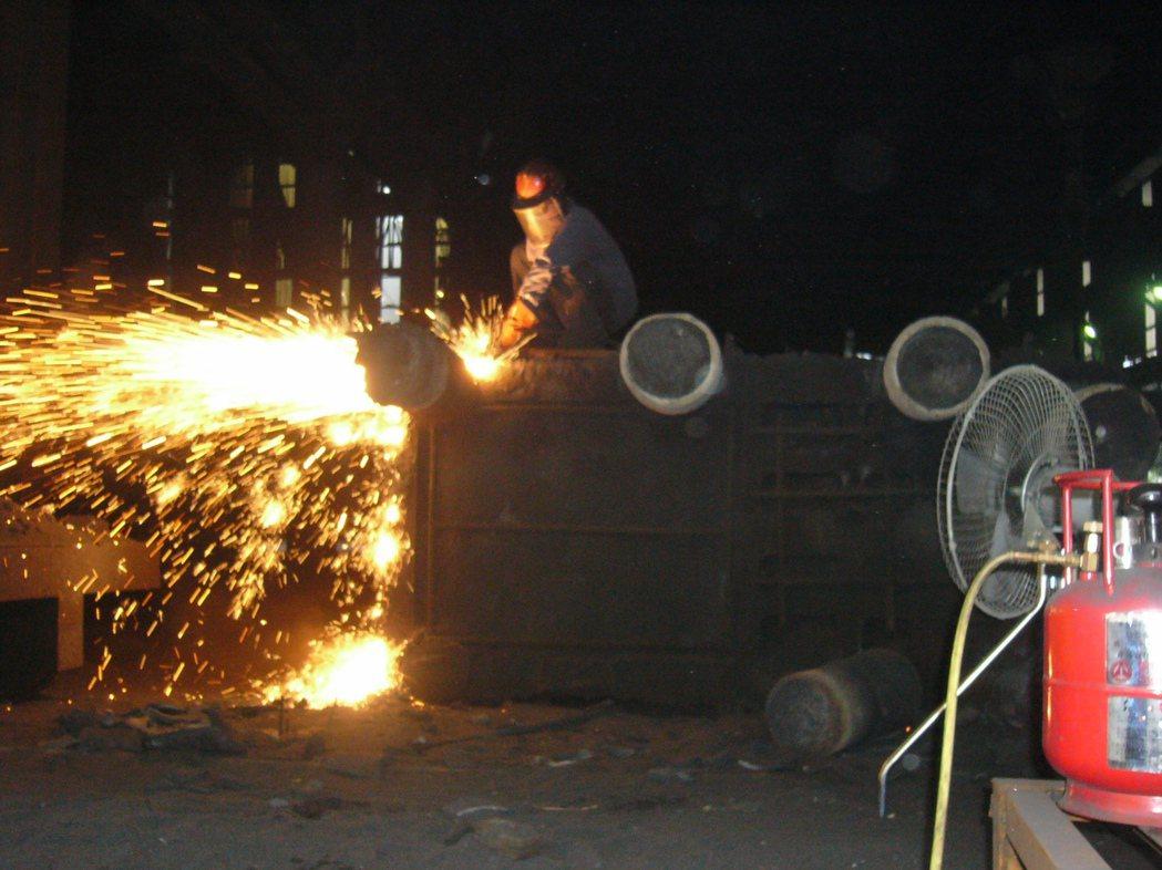 使用省而安金屬切割器火焰溫度可達到3500℃,加熱快輕鬆快速切割400mm鑄造。...