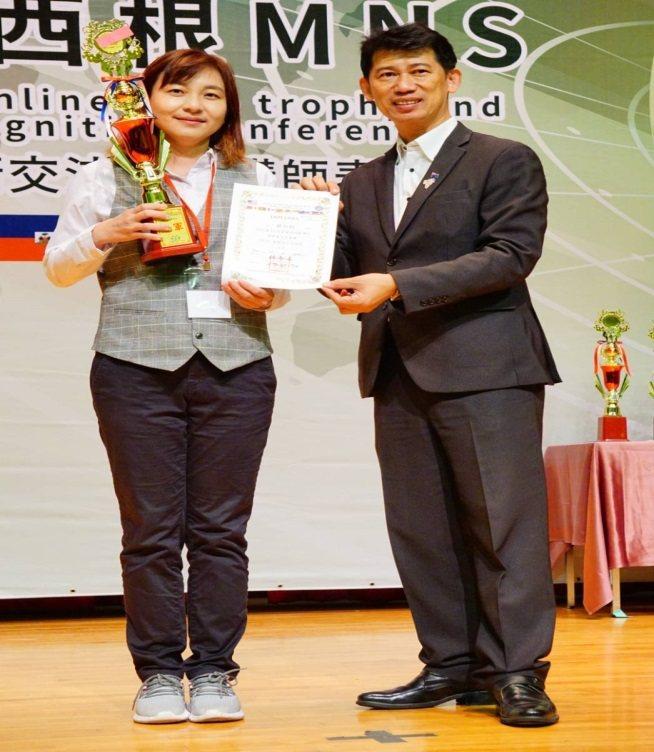 元培餐管系嚴如鈺老師(左)獲得葡萄酒品評技能社會組冠軍。 元培/提供