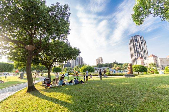 鄰近豐樂公園、南苑公園,城市中的綠地令人心曠神怡。