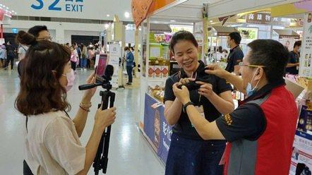 彰化縣拓銷會透過線上直播,邀請消費者在線上逛展。