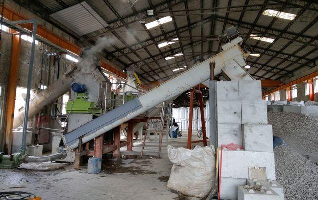 頂鋒機械推出擠壓式成型機。 工業局/提供