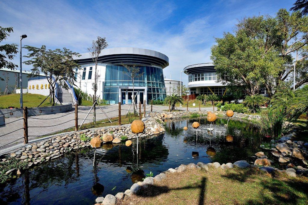 取得銀級綠建築標章的水科技教育館,以鳳山溪地埋優勢,塑造融合現地綠化及溪岸的廊道...