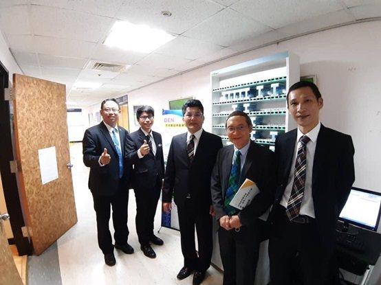 清大行團隊展示智慧型自動分裝包藥機。 台灣長照醫學會/提供