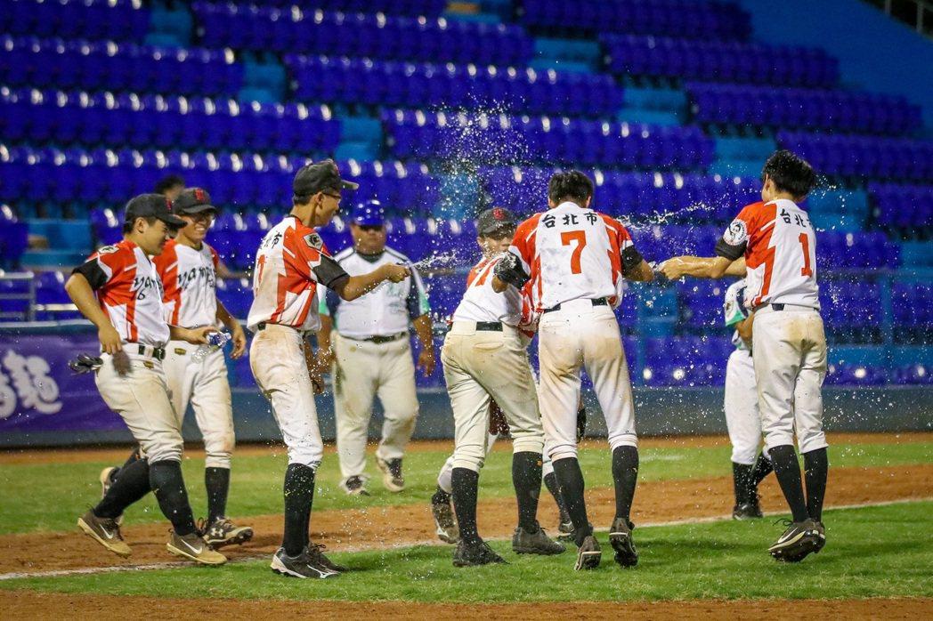 延平高中昨天贏球興奮慶祝,但今天被因教練冒名頂替判敗。 棒協提供