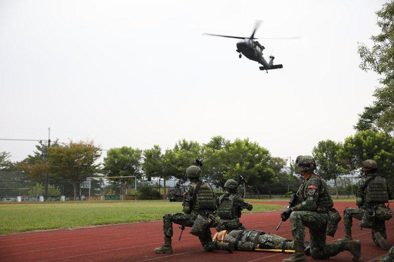 國軍第四季「戰備周」操演即將於今晚十時卅分展開,全國各作戰區將有大動作操演,驗證防務部署的可行性。航特部601旅AH-64E阿帕契攻擊直升機與UH-60M黑鷹直升機,規劃降落新竹高鐵旁,602旅UH-60M黑鷹直升機規劃降落某學校,演練戰力整補。圖/中華民國陸軍臉書網頁