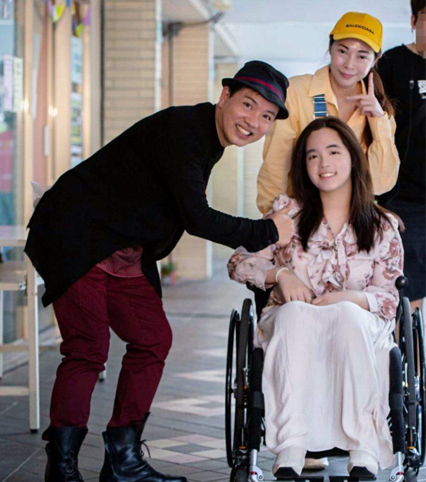 藝人陳凱倫(左)安排張瓊瑤(右後)和張瓊瑤的女兒張語安(右前)在公益團體舉辦的年