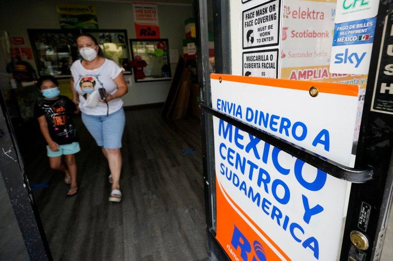 疫情間,移民勞工反而會寄更多錢給母國家人。(Photo from AP)