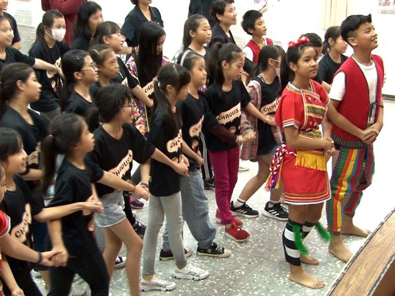 金門第一大校中正國小的合唱團學生前來瑞濱國小交流,透過合唱曲與原住民舞蹈、服飾的展演,彼此學習到不同的特色文化。 圖/觀天下有線電視提供