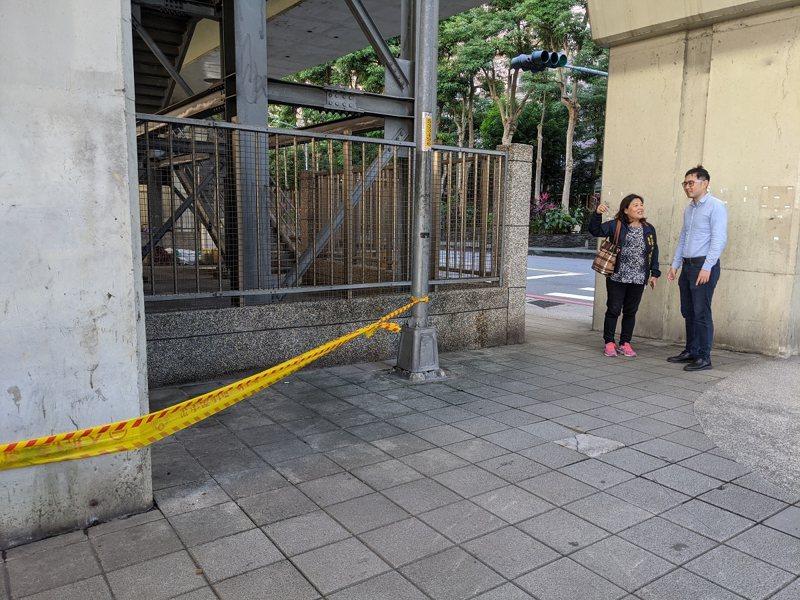 汐科火車站卻有遊民睡覺喝酒,地方呼籲民眾不要再給金錢上幫助,最好還是打電話給110,才是好的處置辦法。 圖/觀天下有線電視提供