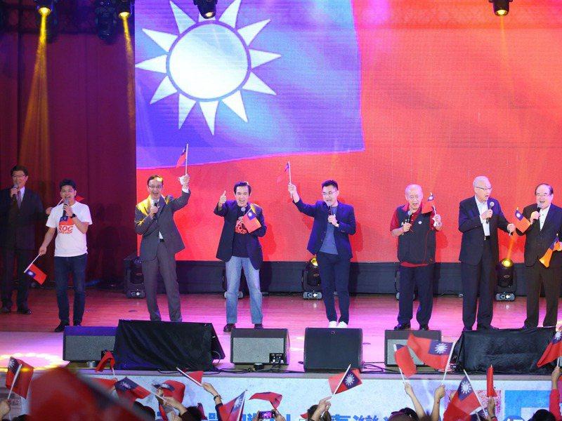 國民黨現任黨主席江啟臣(右四)與歷任主席馬英九(左四)、吳敦義(右二)、朱立倫(左三)、吳伯雄(右三)等人,昨出席台灣光復75周年紀念音樂會。記者林澔一/攝影