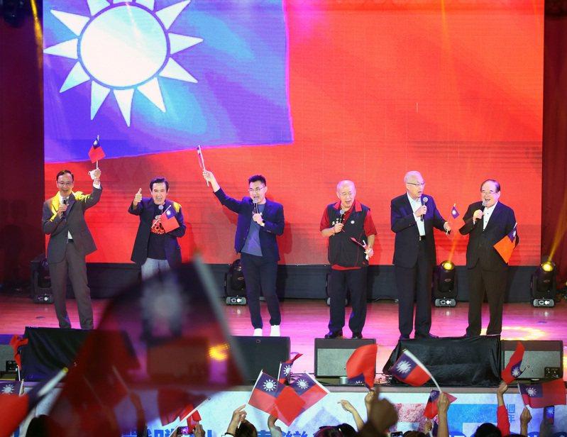 國民黨主席江啟臣(左三),與歷任黨主席朱立倫(左起)、馬英九、吳伯雄、吳敦義、國民黨祕書長李乾龍,昨天在台灣光復七十五周年紀念音樂會一同高歌。記者林澔一/攝影
