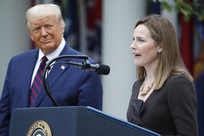 美國總統川普(左)九月廿六日在白宮召開記者會,宣布提名巴瑞特(右)出任大法官。美國參議院可望廿六日表決通過巴瑞特人事案。(歐新社)