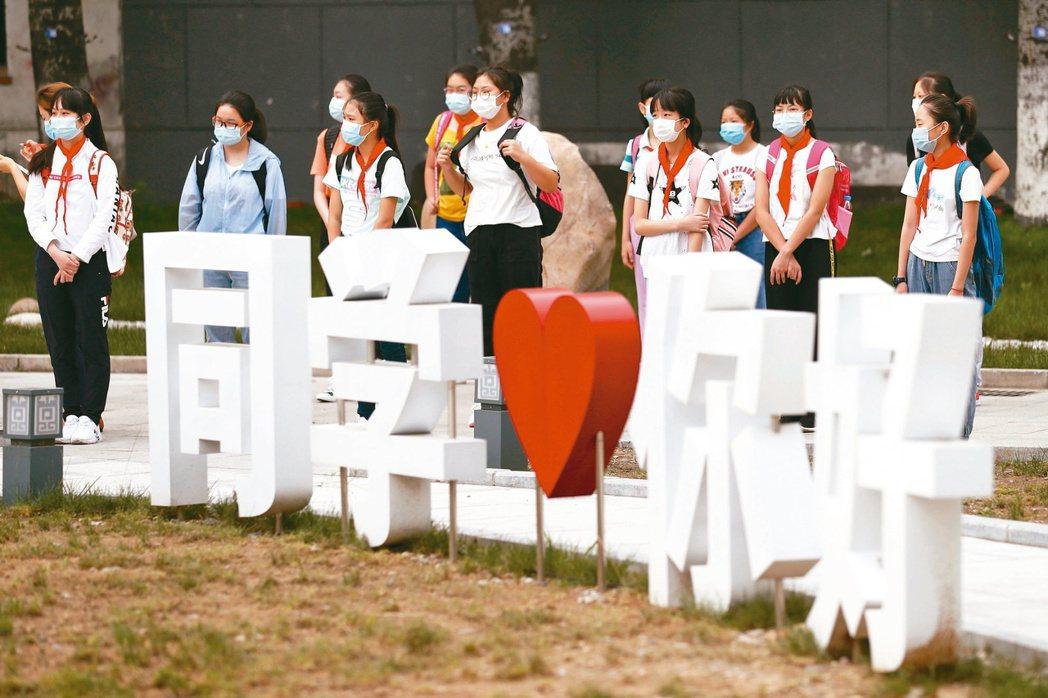 今年八月底,北京豐台二中初一新生到校。(中新社)