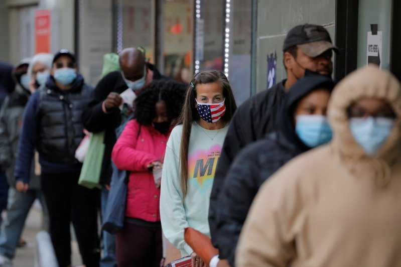 截至10月25日,美國選民已有5,860萬人提早投票。圖為紐約市提早投票的排隊人潮。路透