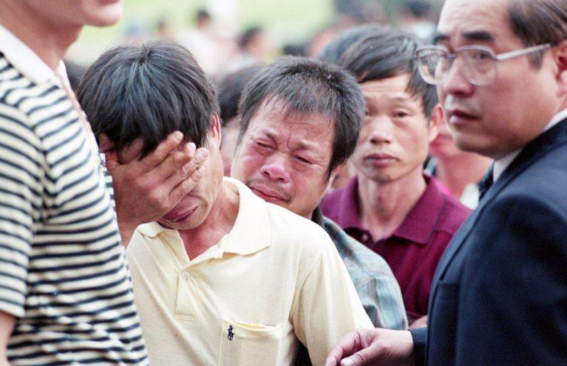 華航失事班機大批罹難者家屬等在山下心急如焚等待搜救結果。圖/聯合報系資料照片