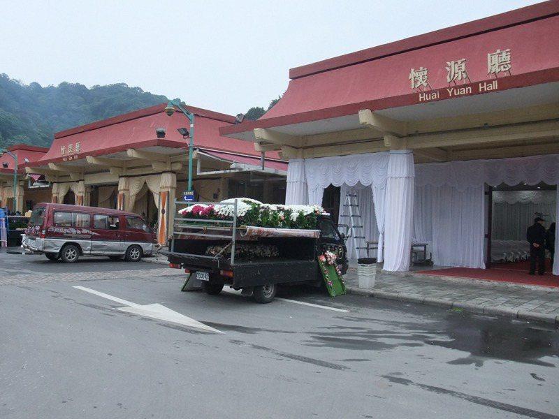 台北市處理往生者一套程序最少要3萬,但要6位往生者辦在同一靈堂,分時段讓家屬祭拜。 圖/聯合報系資料照片