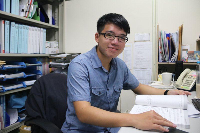 弘光醫工系大三學生莊益淳打工賺錢成績也很好,獲中華民國醫工學會獎學金。記者游振昇/攝影