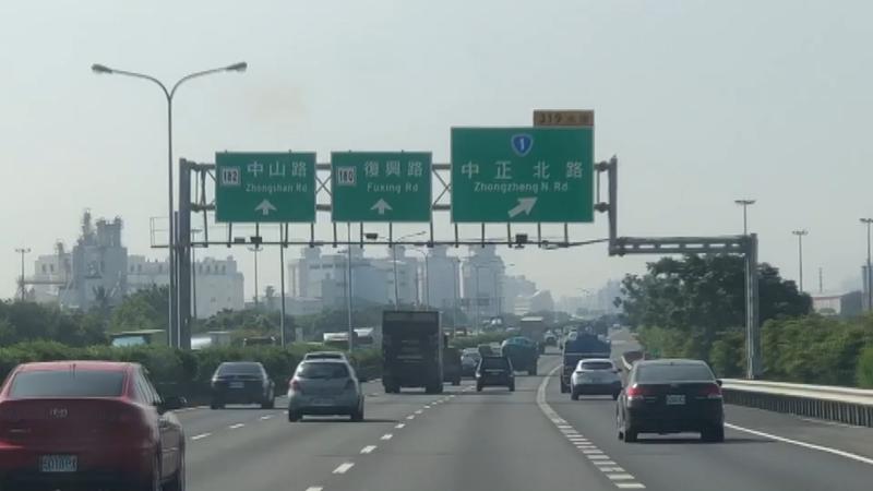 國道1號台南交流道出口預告標示最近更新,讓民眾覺得「霧煞煞」。記者修瑞瑩/攝影