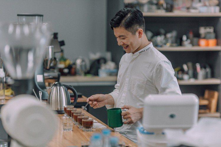 興波咖啡創辦人吳則霖聯手「春池玻璃」吳庭安,推出專屬特調咖啡及限量商品。 圖/興...