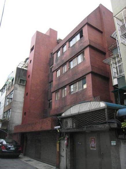 老舊公寓增設電梯及外牆憂善施工前案例。圖/北市都更處提供