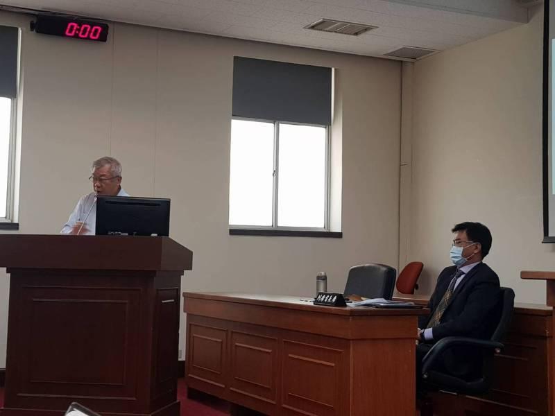 農委會主委陳吉仲,與農委會前主委陳保基,在萊豬進口事件後,首度立院同台。記者彭宣雅/攝影