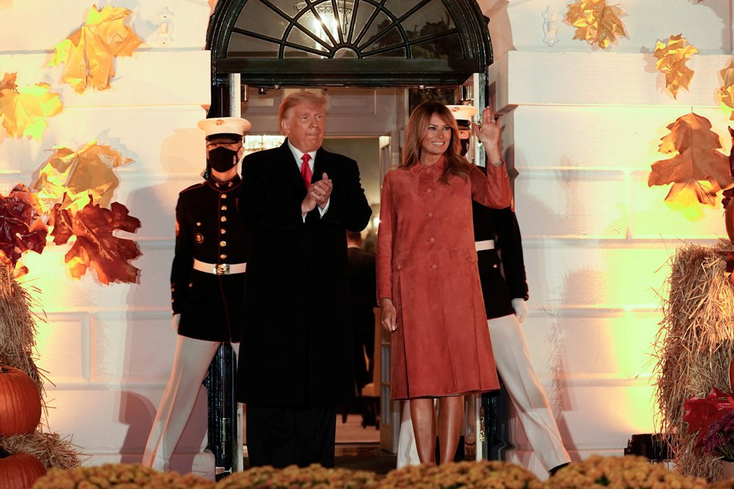 美國總統川普和第一夫人梅蘭尼亞25日晚間在白宮外慶祝萬聖節與民眾同歡,許多家庭紛...