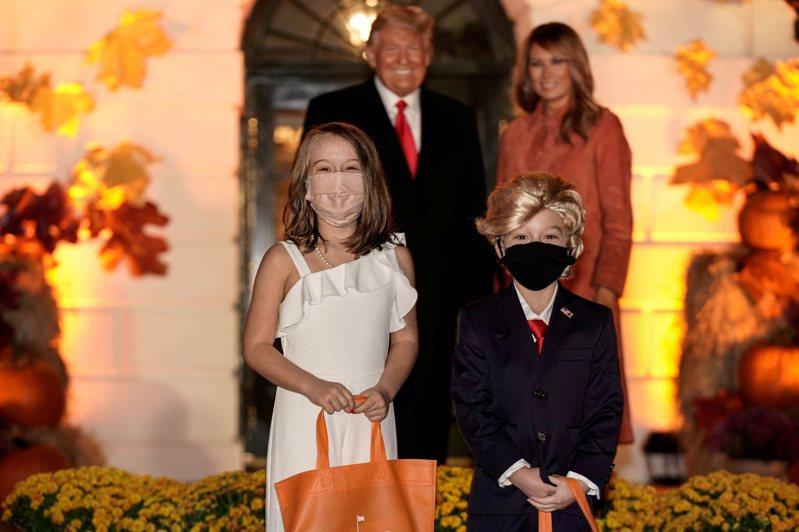 活動中甚至有小孩裝扮成第一夫婦,扮成川普的男孩戴上川普招牌的金色假髮,並穿著與川普一模一樣的西裝領帶。小女孩則穿上與2017年川普就職典禮舞會上梅蘭尼亞一樣的白色無肩禮服,整體還原度相當高。路透
