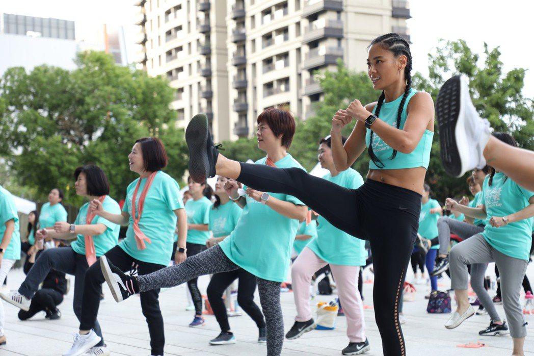 陽光名模王麗雅(右)與數百位女性在戶外一同運動,揮灑自信汗水。圖/國泰金提供