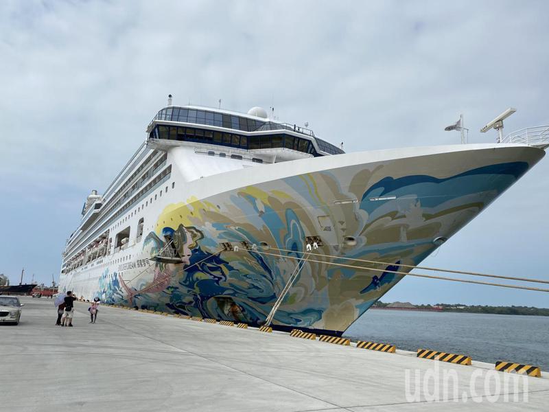 由雄獅旅行社承包的「探索夢號」郵輪上午載送環島遊客抵靠台南安平港。記者修瑞瑩/攝影