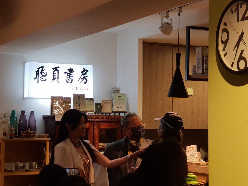多年不見的黃春明(中)、七等生(右)在飛頁書房相聚,左為遠景發行人葉麗晴。記者陳宛茜/攝影