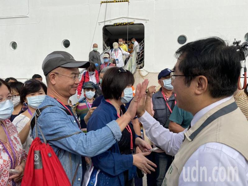 台南市長黃偉哲(右)上午在安平港碼頭迎接搭乘「探索夢號」郵輪到台南的遊客。圖/市府提供