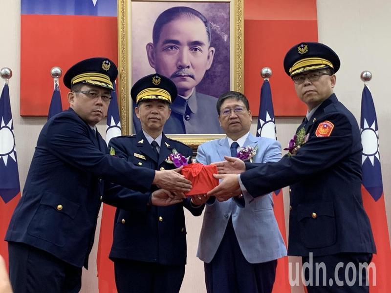 新任新埔分局長楊宗昆(右一)與卸任新埔分局長楊志傑交接(左一)。記者陳斯穎/攝影