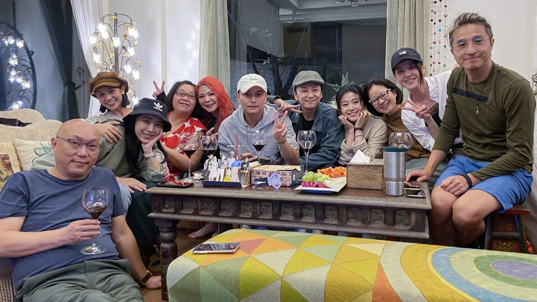 導演鄧安寧(左起)、林筳諭、黃姵嘉、鍾欣凌、張可昀、楊銘威、張書偉、楊小黎、製作