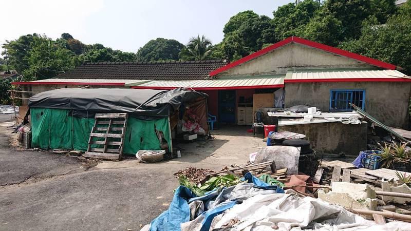 弱勢貧戶屋頂漏水環境惡劣,區公所結合行善團贊助修屋。圖/區公所提供