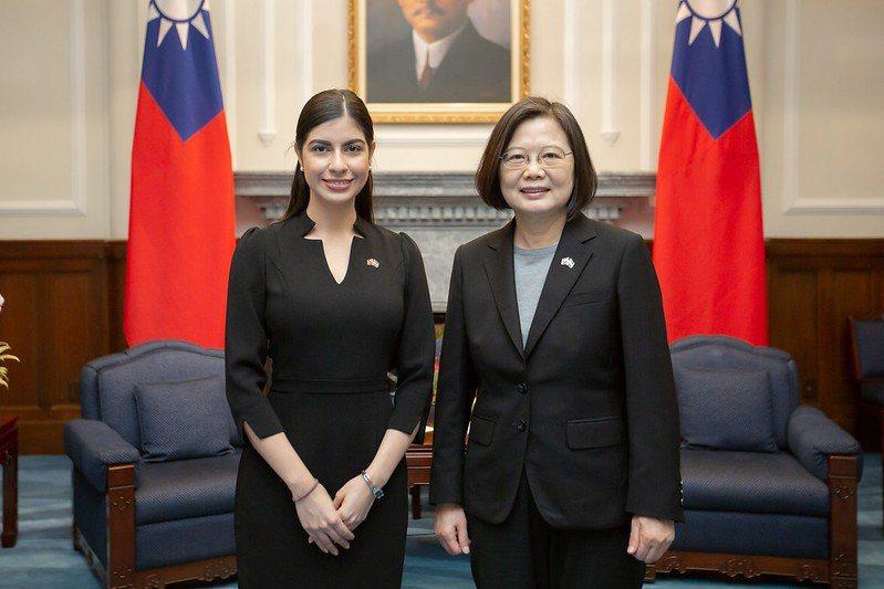 尼加拉瓜共和國新任駐台特命全權大使李蜜娜(左)與蔡英文總統合影。圖/總統府提供