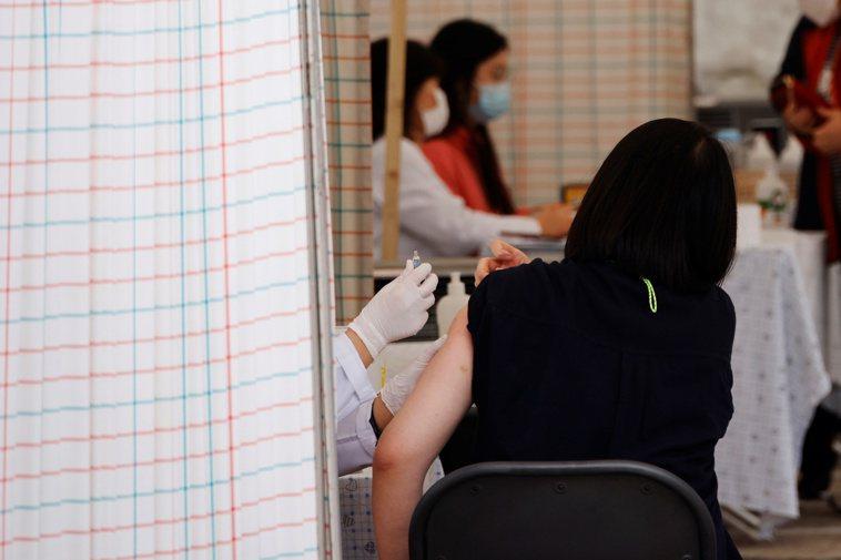 南韓一名女子廿一日在首爾一間醫院接種流感疫苗。路透