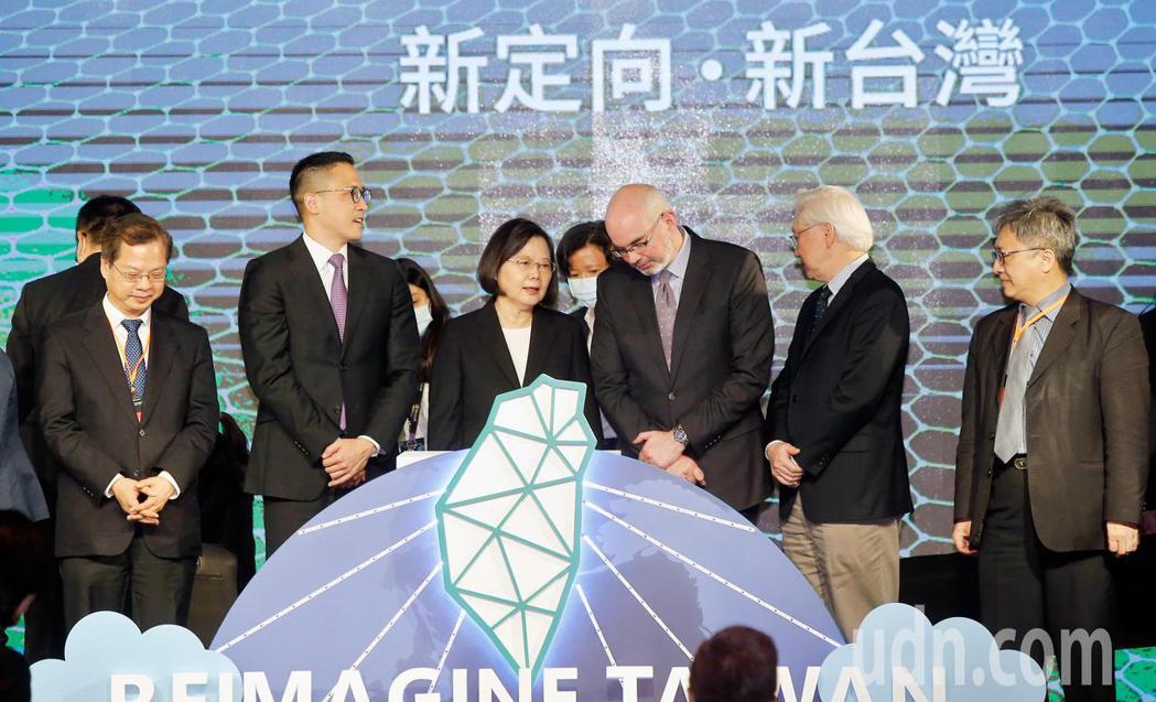 微軟下午宣布加碼投資台灣,蔡英文總統(中)親自出席啟動儀式。記者鄭超文/攝影