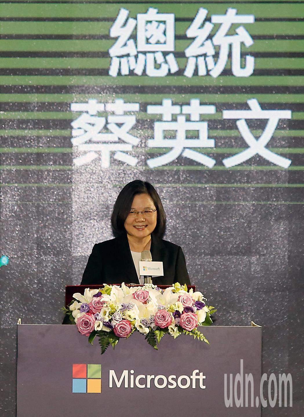 微軟下午宣布加碼投資台灣,蔡英文總統(中)出席時表示,這項合作可以創造三萬個工作...