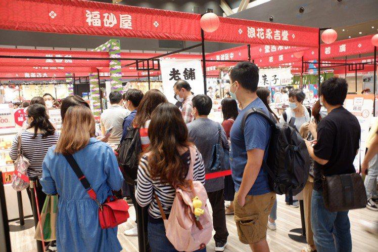 民眾排隊買福砂屋長崎蛋糕。記者江佩君/攝影