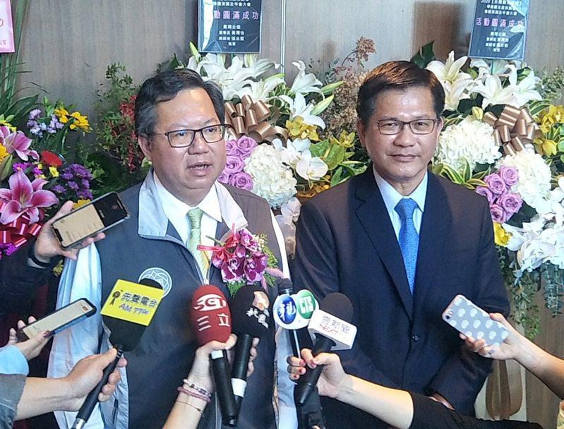 交通部長林佳龍(右)、桃園市長鄭文燦(左)出席2020台灣觀光年會,林佳龍提類出國2.0及中南部父母北部過年,鄭文燦提機場體驗旅遊,行銷國內觀光旅遊。記者曾增勳/攝影