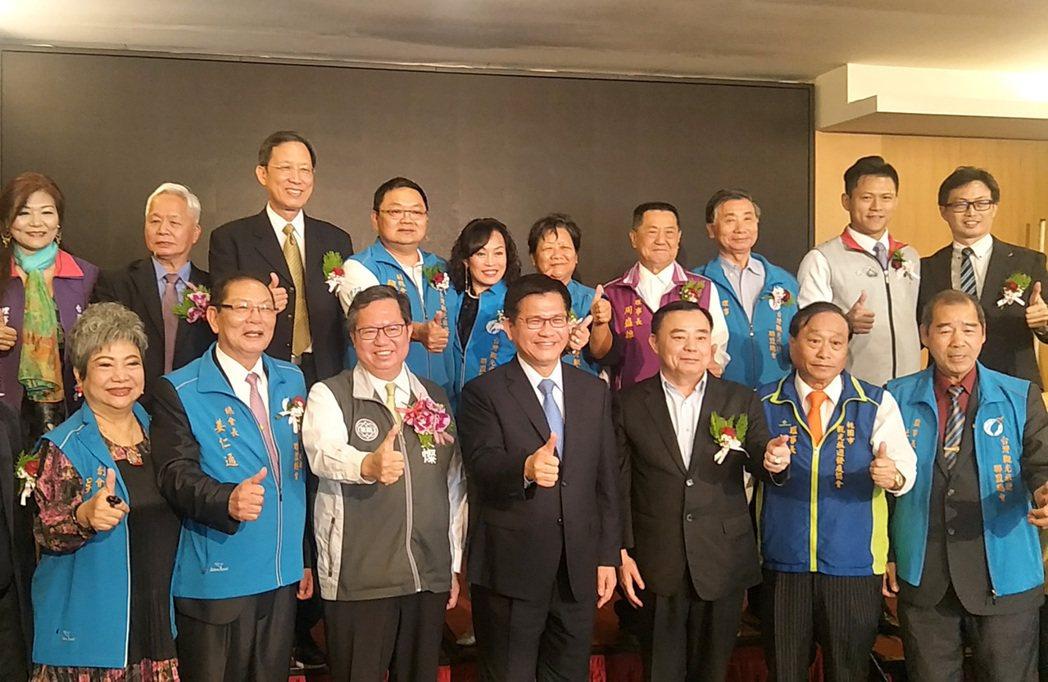 交通部長林佳龍(前排左四)、桃園市長鄭文燦(前排左三)出席2020台灣觀光年會,...
