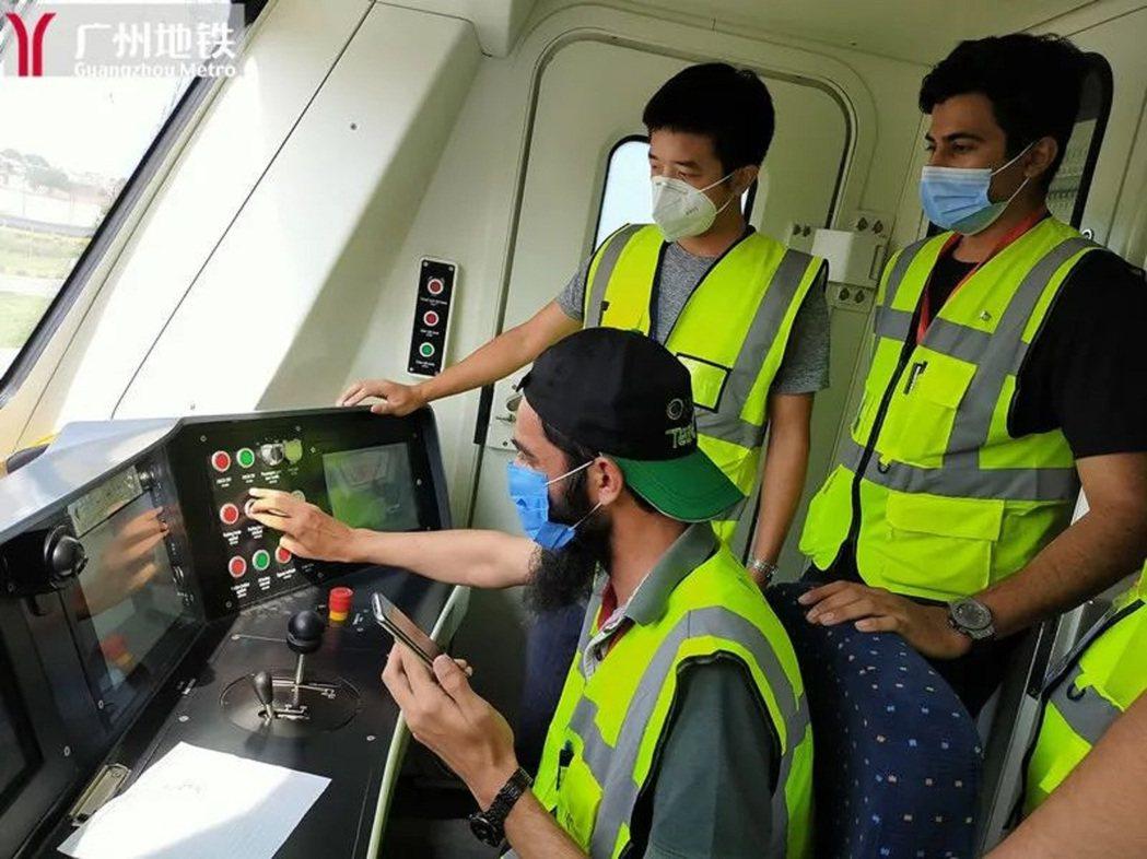 廣州地鐵培訓師指導學員實操培訓。圖/廣州地鐵