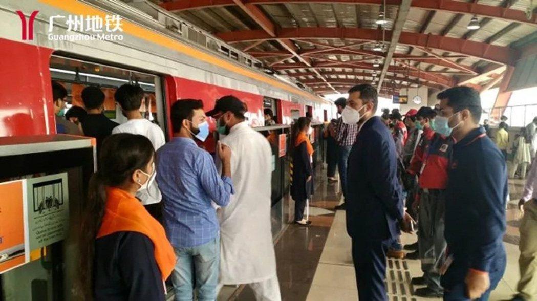 拉合爾市民嘗鮮巴基斯坦首條地鐵開通。圖/廣州地鐵