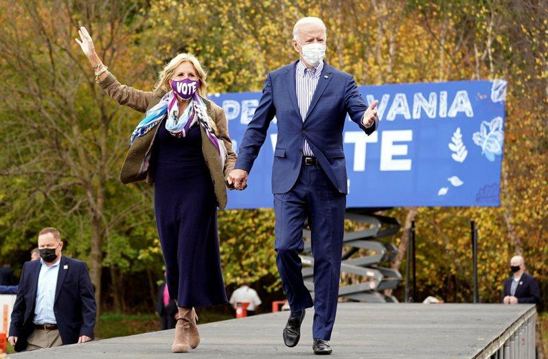 美國民主黨總統候選人拜登(右)和夫人吉兒(左)。(路透)