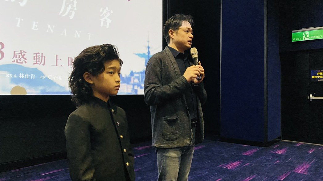 導演鄭有傑(右)與童星白潤音(左)勤跑「親愛的房客」映後座談。圖/牽猴子提供