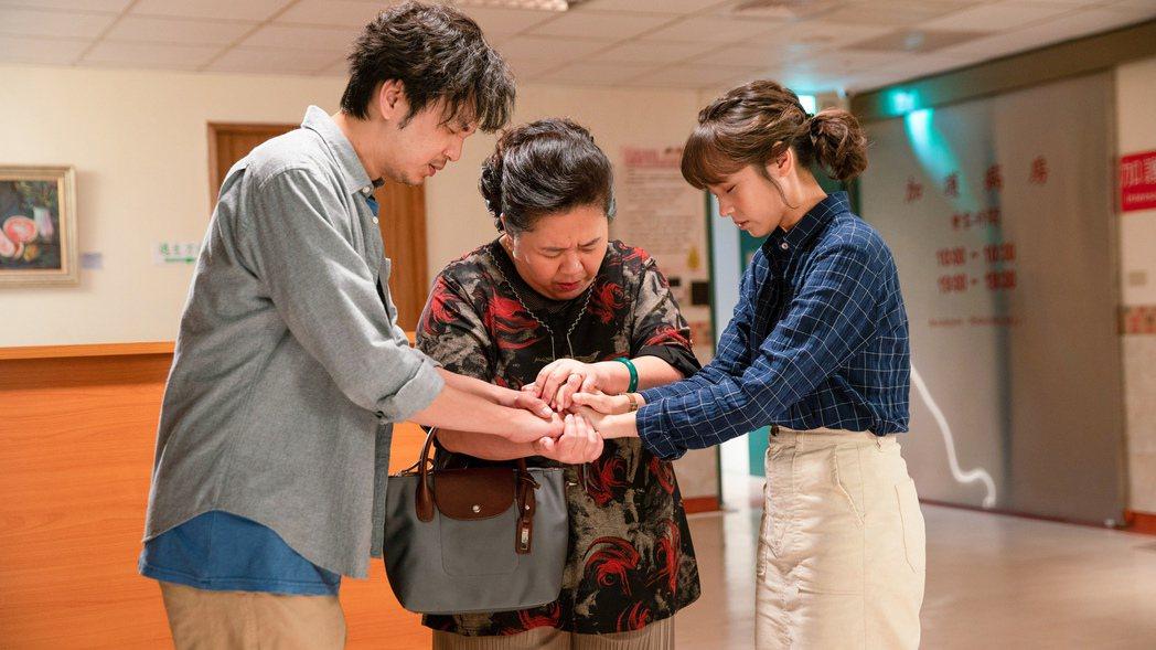 黃姵嘉(右起)、鍾欣凌、張書偉主演的「我的婆婆怎麼那麼可愛」開創台式喜劇新風格。...
