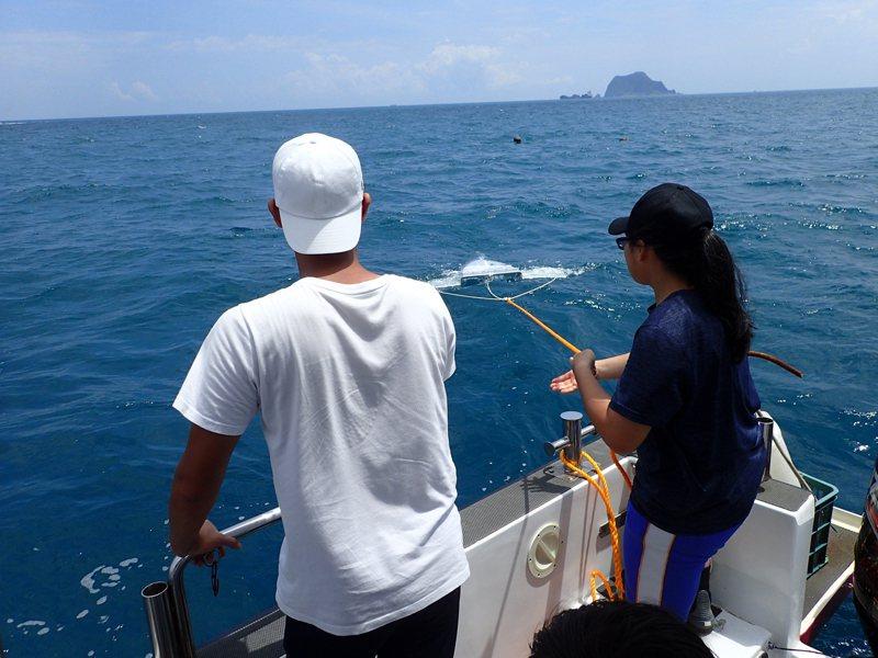 國立海科館結合基隆在地師生團隊探討海洋廢棄物問題,暖中學生利用拖網採集海面的塑膠碎片。圖/海科館提供